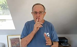Old jews telling jokes. Bild från video.