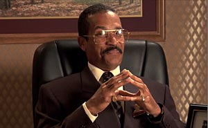 Jackie Chiles, Kramers advokat, är tillbaka. Bild från video